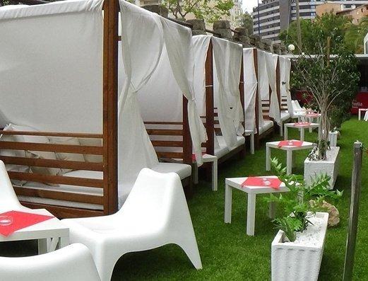Zona camas balinesas Apartamentos Benidorm Celebrations™ Pool Party Resort (Adults Only)